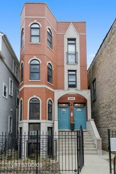 Condo/Townhome Property For Sale with 3 Beds & 3 Baths In Chicago, IL (60657)