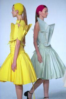 """Chalayan    """"Son travail véhicule l'idée d'un vêtement conceptuel."""""""
