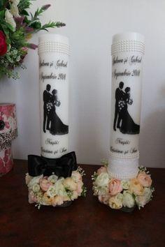 Dimensiune 4  0*7   cm. Lumanarile sunt parfumate, personalizate in functie de dorintele clientului. La cerere se pot face si alte dimensiuni. Putem lucra in atelier lumanari cuprinse intre 30 cm inaltime si 80 cm inaltime, 7 cm diametru.   Florile sunt de matase cu aspect real.   Folosim pentru lumanarile noastre pa Wedding Bottles, Wedding Glasses, Candle Wedding Centerpieces, Homemade Candles, Candels, Candle Making, Confetti, How To Make, Handmade