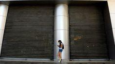 Cortes de luz en los centros comerciales de Venezuela causan insatisfacción entre la gente contra el gobierno