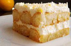 Delicioso postre tiramisú de limón sin horno. Es una receta buenísima para disfrutar una cena familiar o compartirla con tus amigos.     Ingredientes: + 5 claras de huevo, + 5 cucharadas de azúcar, + zumo de medio limón, + 200 ml de nata para montar 35 % MG = crema de leche = whipping cream