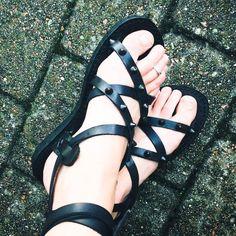 Personalizadas hechas a mano sandalias de cuero - tiras - griego - romano - planas - sandalias gladiador. Muchos colores. :) de DarkSideofNorway en Etsy https://www.etsy.com/mx/listing/216639348/personalizadas-hechas-a-mano-sandalias