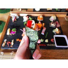 ヒルナンデスでも紹介された京都「アウーム」は行列必須の人気店。なんでも女子も男子も胸キュン確実という、かわいい手織り寿司が食べられるんだとか!一体どんな見た目なんでしょうか。今回は話題沸騰中の、アウームの手織り寿司を調査しました。
