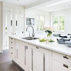 Classic white kitchen | White kitchens | PHOTO GALLERY | Beautiful Kitchens | Housetohome.co.uk