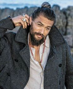 Jason Momoa man bun is very much famous and makes all men very handsome, good looking and ofcourse very ,uch hot and sexy. Jason Momoa Aquaman, Man Bun Styles, Beard Styles, Boys Lindos, Hipster Noir, Good Looking Men, Bearded Men, Bearded Tattooed Men, Gorgeous Men