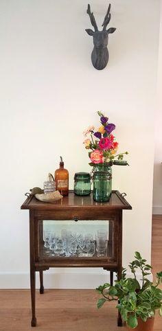 Oud theekastje van me oma. Daarop decoratie die wij op een fransen rommelmarkt hebben gevonden