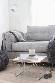 comfy couch, table d'appoint et lampe