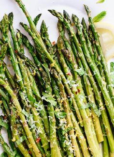 Perfect Roasted Asparagus Recipes Learn how to make perfectly roasted asparagus here! This roasted asparagus recipe is a fantastic springtime side dish that everyone will lo. Roasted Broccoli Recipe, Oven Roasted Asparagus, Asparagus Recipe, Asparagus Pasta, Vegetable Side Dishes, Vegetable Recipes, Vegetarian Recipes, Cooking Recipes, Healthy Recipes