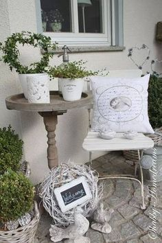 Country magic – wood and white bring lightness to the terrace. >> White Shabby Chic - All About Jardin Style Shabby Chic, Blanc Shabby Chic, Shabby Chic Kitchen, Shabby Chic Homes, Shabby Chic Decor, Terrace Garden, Garden Spaces, Creation Deco, Porch Decorating