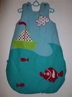 Gigoteuse poisson style Némo avec une vague et un bateau Blog Couture, Baby Kids, Crochet, Collection, Style, Fashion, Nests, Baby List, Pisces
