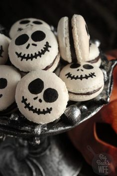 Jack Skellington Macarons are so cute and festive! via Jack Skellington Macarons are so cute and festive! Halloween Desserts, Postres Halloween, Halloween Cookie Recipes, Hallowen Food, Halloween Food For Party, Halloween Cookies, Easy Halloween, Halloween Halloween, Halloween Macaroons