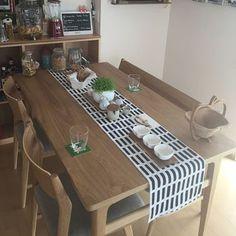 家族で使うダイニングテーブルはいつも座る場所って大体決まっていますよね。テーブルランナーを並べることでおしゃれに見えるのはもちろん、きちんとパーソナルスペースを区切ることもできます。