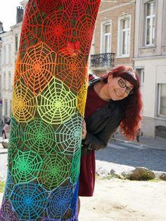 Crochet Blanket Patterns, Crochet Motif, Crochet Flowers, Knit Crochet, Yarn Bombing Trees, Amazing Street Art, Sticker Bomb, Tree Art, Yarn Crafts