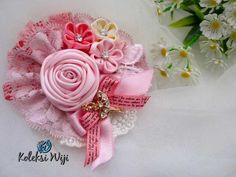 Marigold Brooch Size : 10 cm Colours : perpaduan gradasi warna pastel pink Materials : satin ribbon grade A, lace, and rhinestone Baby Hair Bands, Floral Pins, Barrettes, Kanzashi, Felt Brooch, Lace Headbands, Cute Crafts, Handmade Flowers, Flower Brooch