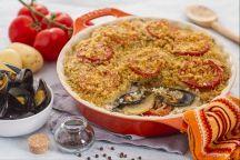 La tiella barese è un piatto della tradizione pugliese a base di riso, patate e cozze, arricchito da cipolla e pomodoro. Va cotto in forno per circa un'ora, il tempo che le patate diventino morbide, le cozze crude e il riso si cuociano e la gratinatura superficiale diventi croccante e ben dorata. La tiella è tipica della città di Bari ma viene fatta, secondo la tradizione propria di ogni famiglia, in tutta la Puglia.