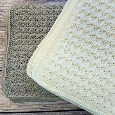De skønneste bløde babytæpper i smukt strukturmønster. Du kan nu finde den gratis opskrift på www.luksuskrea.dk Drops Design, Baby Knitting Patterns, Diy Baby, Beautiful Babies, Crochet Baby, Crochet Projects, Diy And Crafts, Cross Stitch, Rugs