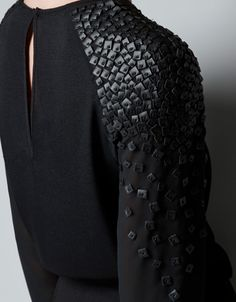 Outfits and Looks, Ideas & Inspiration Black blouse with leather sequin applique - sewing ideas; Look Fashion, Fashion Details, Diy Fashion, Ideias Fashion, Fashion Outfits, Womens Fashion, Fashion Ideas, Dress Fashion, Kleidung Design