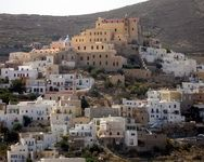 Syros: the party island for in-the-know Greeks. The capital, Ermoupolis never shuts down. Greeks, Time Of The Year, How To Know, Paris Skyline, Island, Places, Party, Travel, Beautiful