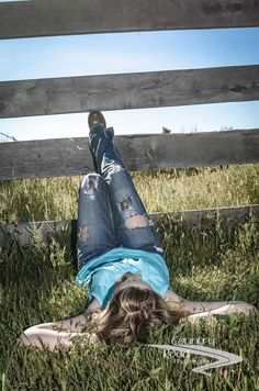senior picture ideas for country girls | Country girl Senior Portrait Idea | Photography: Senior