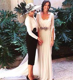 Maravillosa Malú y su madre vestida por @robertodiz || Pamela de: conchitta #whiteveils #wedding Mob Dresses, Nice Dresses, Short Dresses, Bridesmaid Dresses, Wedding Dresses, Mother Of The Bride Gown, Fairytale Weddings, Wedding Styles, Party Dress