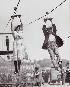 Casal se divertindo horrores em uma tirolesa - 1923