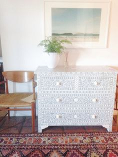 Moroccan Furniture with a Contemporary Twist Idéias Para Mobília ? Moroccan Furniture with a Contemporary Twist Idéias Para Mobília ? Moroccan Furniture, Moroccan Decor, Painted Furniture, Home Furniture, Furniture Design, Stencil Dresser, Br House, Global Decor, Ideias Diy