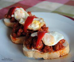 'Tapa' espagnole avec du chorizo, des oeufs de caille et du poivron grillé. Recette sur http://gateauxenespagne.blogspot.fr/