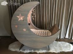 Don't wish on stars! Build a Starry Pallet Half-Moon Cradle, Don't wish on stars! Build a Starry Pallet Half-Moon Cradle Starry Night Pallet Half-moon Cradle! Diy Pallet Bed, Diy Pallet Projects, Pallet Benches, Pallet Tables, Outdoor Pallet, Pallet Sofa, Wood Projects, Baby Furniture, Pallet Furniture