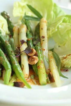 Spargelsalat aus grünem und weißem Spargel mit Orangenvinaigrette und gerösteten Haselnüssen