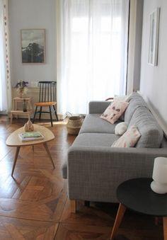 グレーのソファがシンプルで、毎日の生活を支えてくれる心強い味方になってくれています。少人数の家族なら、このソファで十分の広さですし、ゆったりと一人でくつろぐこともできます。ナチュラルでありながら、上質な暖かみを感じます。