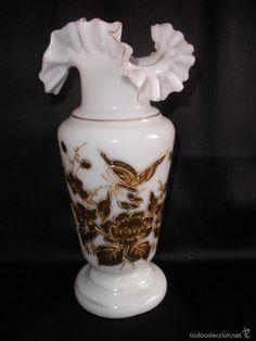 Antiguo jarrón de cristal opalina con borde rizado decorado con flores y mariposa en oro