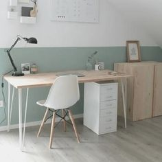 Nice, bright home office with sloping roof.- Schönes, helles Home Office mit Dachschräge. Nice, bright home office with sloping roof. Home Office Design, Home Office Decor, Diy Home Decor, Room Decor, Office Style, Office Desk, Office Designs, Small Office Chair, Office Lounge