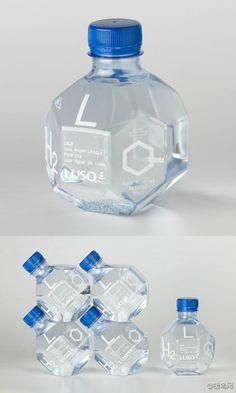 Botella de agua en forma de molécula