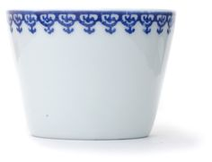 Inban Soba Cup Set of 5 - Contemporary soba 'choko' in indigo blue dye and white colour combinations. Not just beautifully proportioned, these soba 'choko' are very versatile and can be easily used as drinking vessels, ice cream cups, and many uses. φ76xH56mm 140ml. Youraku - Blue graphics off the cup rim - Ref : AZKS00004. 29€