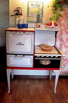 Vintage stoves - Greg and Tammy's red farm kitchen remodel full of retro charm – Vintage stoves Red Kitchen, Vintage Kitchen, Kitchen Decor, Summer Kitchen, Kitchen Stuff, Kitchen Design, Feng Shui, Old Stove, Antique Stove