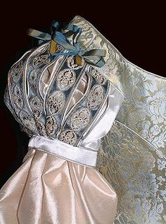 Slashed sleeves with piped edging and blue-gold ribbon decoration Vintage Dresses, Vintage Outfits, Vintage Fashion, Historical Costume, Historical Clothing, Costume Renaissance, Period Outfit, Fantasy Costumes, Ballet Costumes