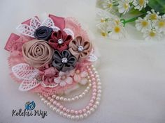 Sweet Cinnamon Brooch Size : 9 cm Colours : perpaduan warna pastel Materials : satin ribbon grade A, lace and beads Satin Ribbon Flowers, Diy Ribbon, Ribbon Bows, Fabric Flowers, Fabric Flower Tutorial, Rose Tutorial, Hand Sewing Projects, Fabric Brooch, Floral Pins