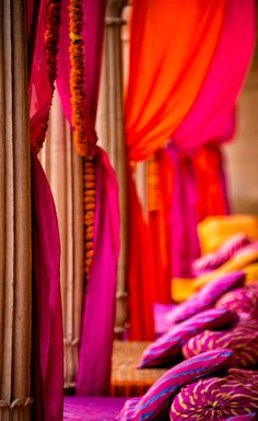Marigold and fuchsia, colors of a wedding at the hotel Suryagarh in Jaisalmer.