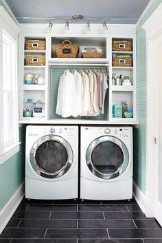 Des étagères au-dessus des machines à laver