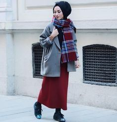 How to wear chic hijab in cold winter days – Just Trendy Girls - Winter Fashion Islamic Fashion, Muslim Fashion, Modest Fashion, Hijab Fashion, Fashion Outfits, Women's Fashion, Hijab Style, Hijab Chic, Muslim Girls