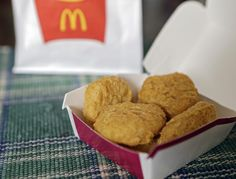 An order of McDonald's Chicken McNuggets in Olmsted Falls, Ohio. McDonald's says it plans to start using chicken raised without antibiotics important to human medicine. Hamburgers, Mcdonalds Chicken, Restaurants, Valeur Nutritive, Chips, Chicken Nuggets, Menu Items, Living At Home, Corn Syrup