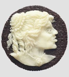 Oreo Cameo, une série de portraits sculptés dans des biscuits Oreo par l'artisteJudith G. Klausner.                Images ©Judith G. Klau