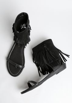 Perfect for festival season, these jet black sandals feature a single strap at the front and an ankle cuff, complete with black suede fringe.