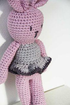 Návod na háčkovaného zajíčka Crochet Patterns Amigurumi, Crochet Hats, Balerina, Knitting, Toys, Handmade, Hani, Bookmarks, Crocheting