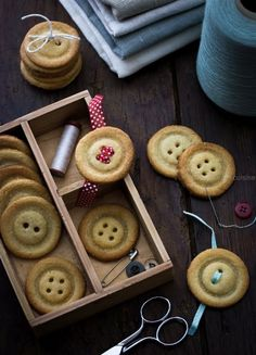 Biscuits en forme de boutons   Jujube en cuisine Desserts With Biscuits, Biscuit Cookies, Cute Cookies, Halloween Food For Party, Confectionery, Cookie Decorating, Cookie Recipes, Food And Drink, Homemade