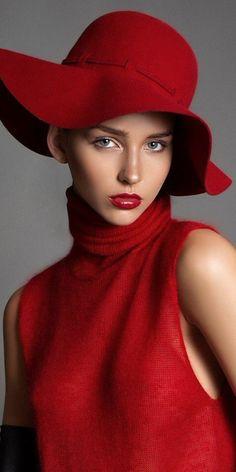 Nuance de rouge de chapeau élégante tenue femme chic