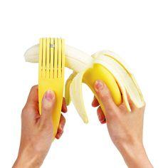 Articolo: 205017Dimentica il coltello. Per ottenere fettine perfette e uniformi oggi basta l'affetta banana di Silicone Zone. Ideale per guarnire cereali e dessert, per prepararsi un frullato o anche solo per gustarsi una banana come snack, basta una leggera pressione ed e' tutto pronto. La lama arrotondata in acciaio inox lo rende utilizzabile anche dai bambini. E' facile da usare anche con una mano sola, per affettare la banana direttamente sopra la ciotola o il piatto. Lavabile in ...