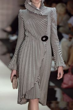 Take a look to Giorgio Armani Privé Haute Couture Fall Winter the fashion accessories and outfits seen on Parigi runaways. Haute Couture Style, Couture Mode, Couture Fashion, Fashion Mode, Look Fashion, Runway Fashion, Womens Fashion, Fashion Design, Milan Fashion