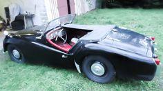 TRIUMPH TR4 de 1964  Lancée au salon de Londres en 61, la Triumph  TR4 succède à la TR3, en reprenant l'essentiel  de sa partie technique, mais en inaugurant une  toute nouvelle carrosserie, signée Michelotti.…✏✏✏✏✏✏✏✏✏✏✏✏✏✏✏✏ IDEE CADEAU / CUTE GIFT IDEA  ☞ http://gabyfeeriefr.tumblr.com/archive ✏✏✏✏✏✏✏✏✏✏✏✏✏✏✏✏