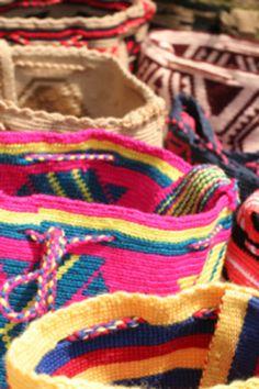 ᏃᑌᒪIᗩ, ᐯEᑎEᏃᑌEᒪᗩ - ᗰOᑕᕼIᒪᗩᔕ ᗯᗩYúᑌ   Bellos colores de las mochilas elaboradas por las indígenas